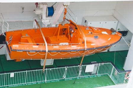 evacuacion: Vista del interior moderno de los botes salvavidas de seguridad realizada por un crucero para su uso en la evacuación de emergencia
