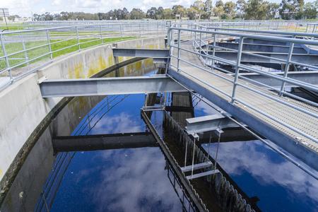 reciclar: Primer plano de tanque de sedimentaci�n en una planta de tratamiento de aguas residuales durante el d�a
