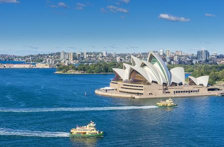 Vue aérienne du port de Sydney avec des ferries et des croisières qui passent par l'Opéra de Sydney pendant la journée Banque d'images