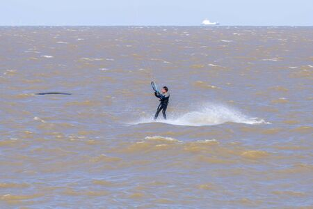 A kite surfer working the wind and surf of the English Channel off the Kent coast, Whitstable Foto de archivo