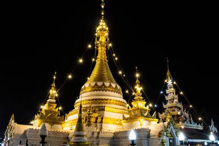 黄金の仏塔がワット ・ チョン ・ クラン、Mae Hong 息子 写真素材