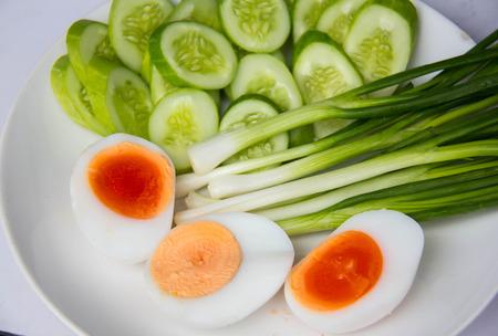 contorni: contorni, uova bolied fetta di cetriolo, porro,