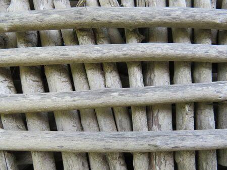 Hintergrund Fenstereinhausung aus Holzstämmen ohne Rinde. Martinique, Französisch-Westindien. Karibik Standard-Bild