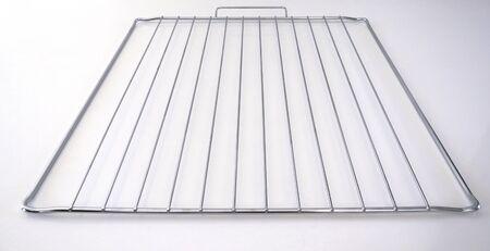 Grille de cuisson en acier inoxydable isolé sur fond blanc. Gros plan sur une grille. Banque d'images