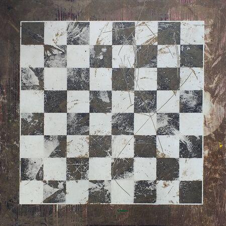 Vorderansicht des Schachbretts aus Stein. Altes Bild. Standard-Bild