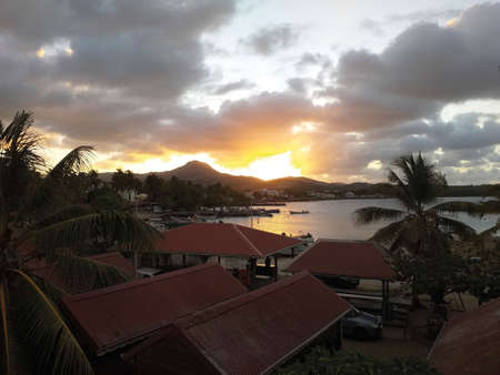 Beautiful sunset on the Caribbean coast. Dramatic set of clouds drifting over the tropical waters of the Caribbean Sea. Tropical Night Sky. Standard-Bild