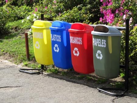 separacion de basura: Latas de basura de color para la separaci�n de basura en el parque de la ciudad