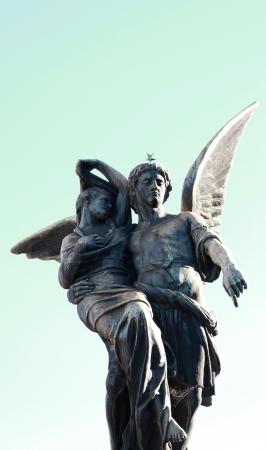 angel de la guarda: Simb�lica estatua del �ngel guardi�n rescatar a la mujer