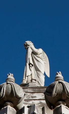 ange gardien: Guardian angel statue de femme contre le ciel