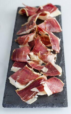 jamon: Placa de pizarra con ibérico español, jamón de bellota. Cocina gastronómica española.