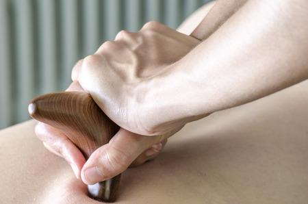 Physitoterapist  chiroprator gör en ryggmassage. Osteopati.