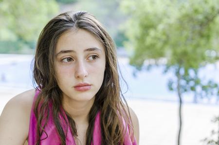 Belle adolescent détendu dans ses vacances, après avoir pris un bain dans la piscine.