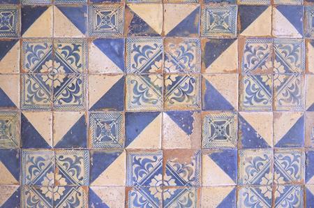 Antigua muralla de patrones de mosaico de coloridos azulejos marroquíes, portugueses, valenciano, azulejos, adornos, texturas superficiales Foto de archivo