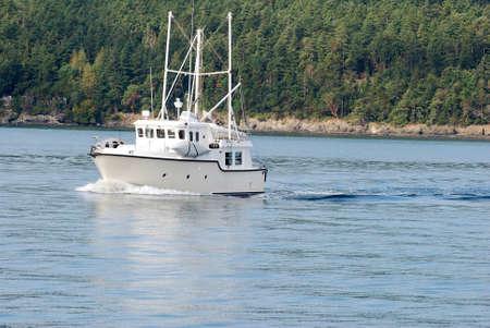puget sound: Cruising Yacht Trawler calme acque del Puget Sound Archivio Fotografico