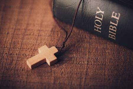 Close-up Shot Of Cross And Bible On The Old Wooden Table Foto de archivo - 96891304