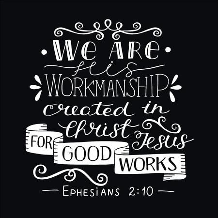 Rotulación a mano con versículo bíblico Somos obra suya, creados en Cristo para buenas obras sobre fondo negro.