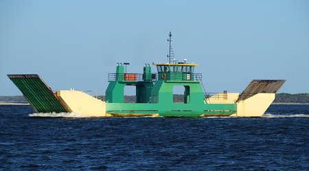 Ferry for Off Road Car Transport under way from mainland Australia to tropical Frazer Island. Inskip Point, Sandy Straits, Queensland, Australia 版權商用圖片