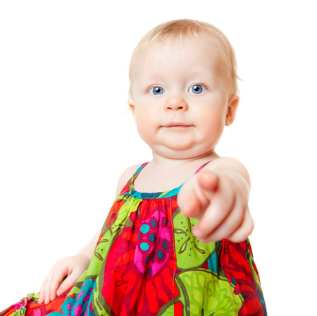 ragazza che indica: Neonata divertente dito puntato, isolato su bianco