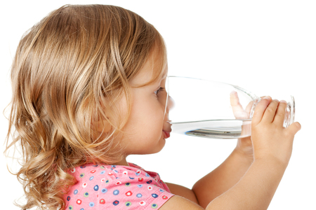 Little child drinking water isolated over white Stockfoto
