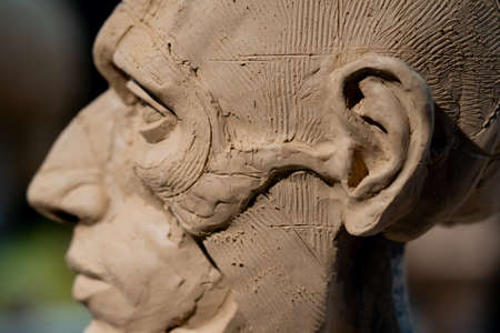 The process of creating ecorche. The sculptor is working. Imagens