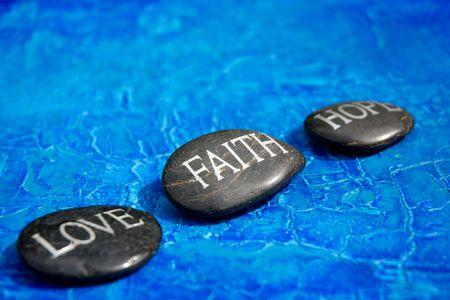 geloof hoop liefde: gegraveerde stenen met woorden liefde geloof hoop