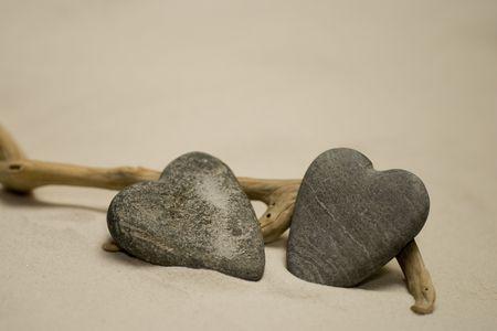 두 심장 모양의 돌 해변에 스톡 콘텐츠