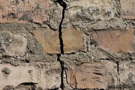 균열과 벽돌 벽 스톡 콘텐츠