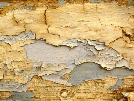 peeling paint: un'asse di legno con marrone peeling paint Archivio Fotografico