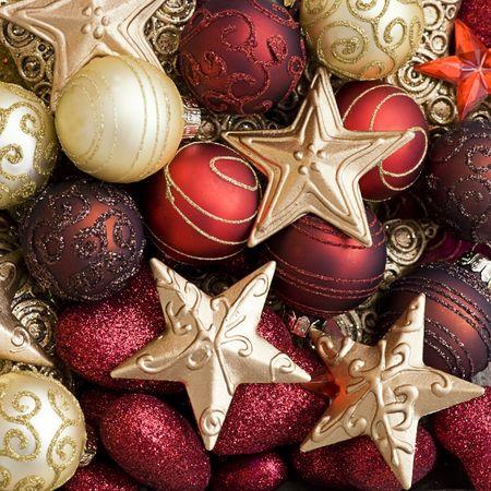 빨강과 금색의 크리스마스 장식품