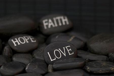 새겨진 메시지 사랑, 믿음, 희망을 가진 검은 조약돌
