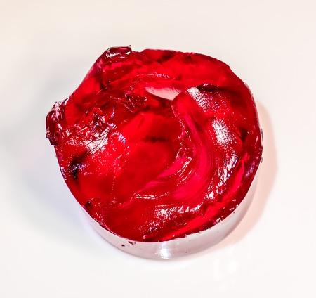 grote ronde vrede van rode koraalbessenjelly tegen witte achtergrondzijde bovenaanzicht. Zelfgemaakte Rode Kersen Gelatine Gelei Dessert In Een Kom Stockfoto