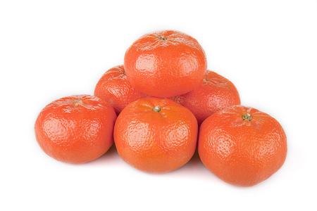밝은 오렌지 만다린 쌓여 흰색 표면에. 관화 흰색 배경에 고립입니다.