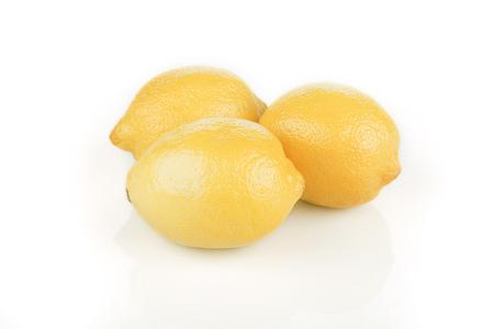 쌓여 밝은 노란색 레몬의 무리입니다. 흰색 배경에 고립.