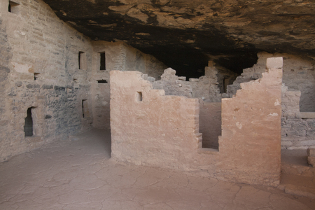 Ruins of ancient dwellings at Spruce Tree House, Mesa Verde, Colorado, USA. Imagens