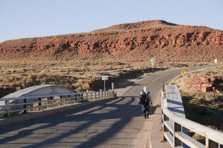 一人でサン ・ フアン、ユタ州、アメリカ合衆国の砂漠のトレッキングのバックパックと年配の男性。 写真素材 - 85584107