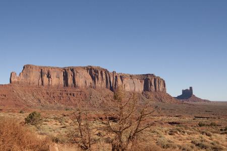 米国、ユタ州、アリゾナ州のモニュメントバレーの美しい赤い岩の形成。 写真素材 - 85443242