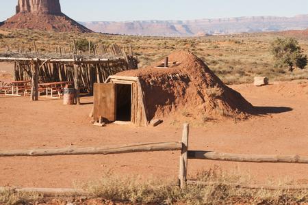 モニュメント バレー、ユタ州アリゾナ州、米国で赤い砂小屋。