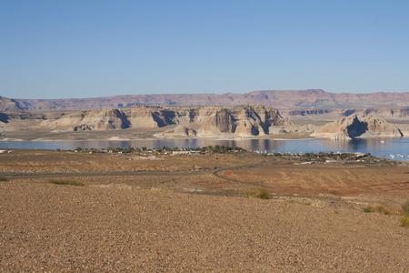 パウエル湖のマリーナ、谷間渓谷のダム、ページ、アリゾナ州、米国でのボートハウス。 写真素材 - 84725851