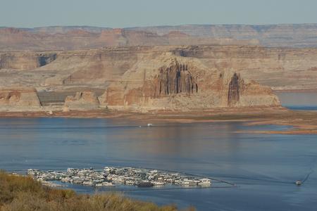 パウエル湖のマリーナ、谷間渓谷のダム、ページ、アリゾナ州、米国でのボートハウス。 写真素材 - 84725896