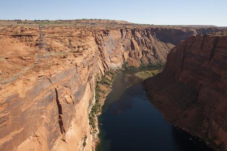谷間渓谷のダム、アリゾナ、米国のコロラド川と赤岩の崖。