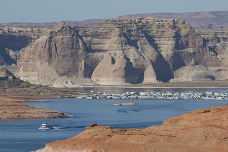 パウエル湖のマリーナ、谷間渓谷のダム、ページ、アリゾナ州、米国でのボートハウス。