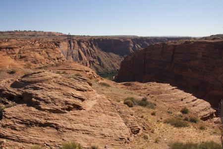 谷間渓谷のダム、ページ、アリゾナ州、コロラド川によって赤い岩崖の上パイロン。