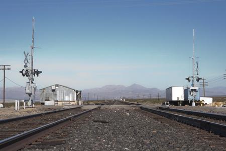 Railroad crossing in the desert of Nipton, California, USA. Imagens - 85157015