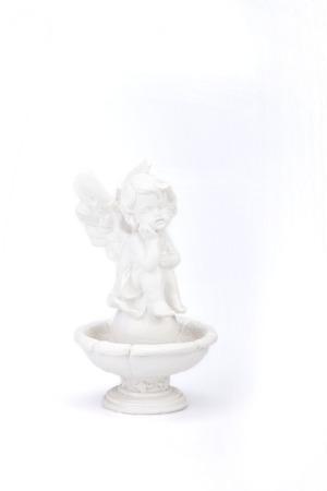白い表面に噴水の上に座って天使の像。白い背景で隔離の天使像。 写真素材 - 85009404