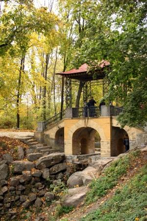 horisontal: Arbor in autumnal park.