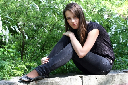brune: Woman with long brunette hair in spring park.