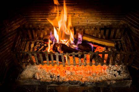 Burning logs in a Winter fireplace Foto de archivo - 150549542