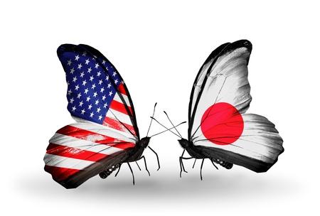 アメリカと日本の関係の記号として翼上のフラグを持つ 2 つの蝶 写真素材
