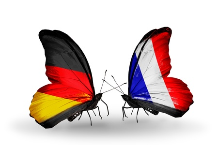 ドイツおよびフランスの関係の記号として翼上のフラグを持つ 2 つの蝶 写真素材