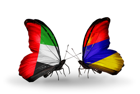 arabe: Dos mariposas con banderas en las alas como símbolo de las relaciones de Emiratos Árabes Unidos y Armenia